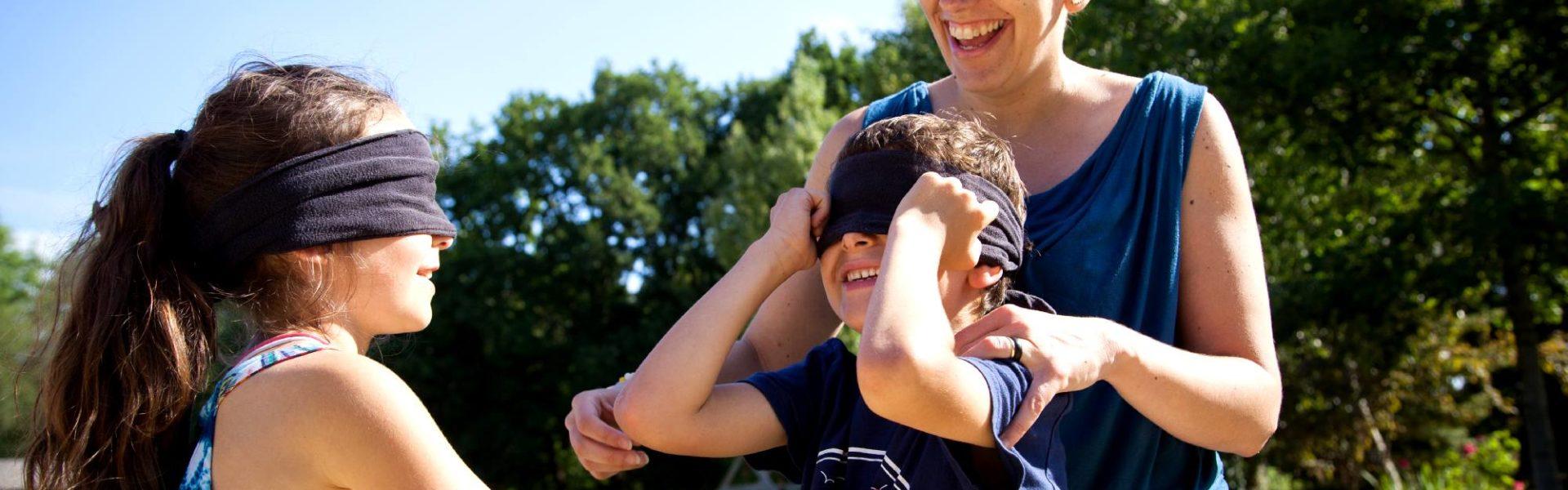Famille les yeux bandés à Active tes sens