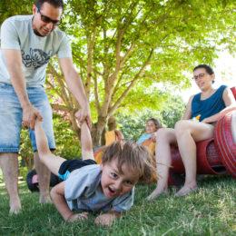 Famille dans fauteuils en pneus