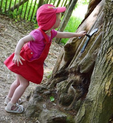 Sentier des korrigans Jardins de Brocéliande enfant