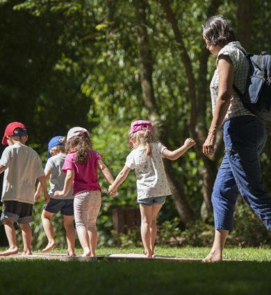 Enfants et leur professeur sur le parcours réveille tes pieds