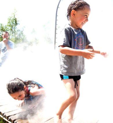 Joue de l'eau enfant