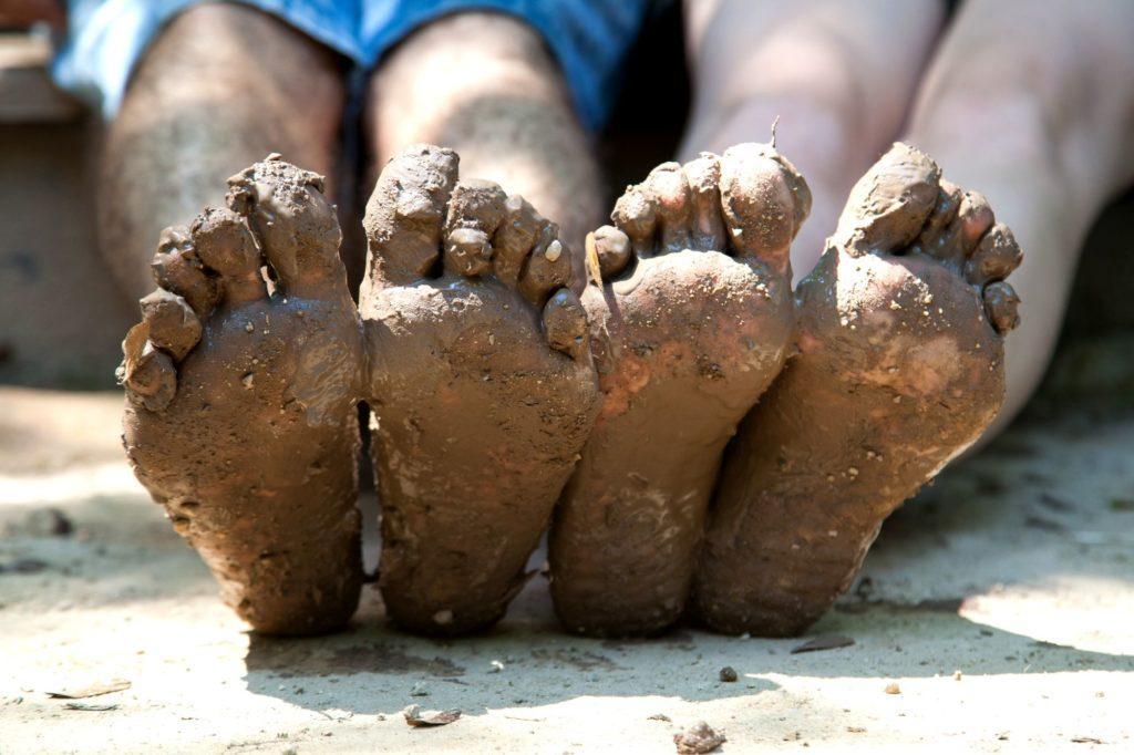 Les pieds dans la boue réveille tes pieds