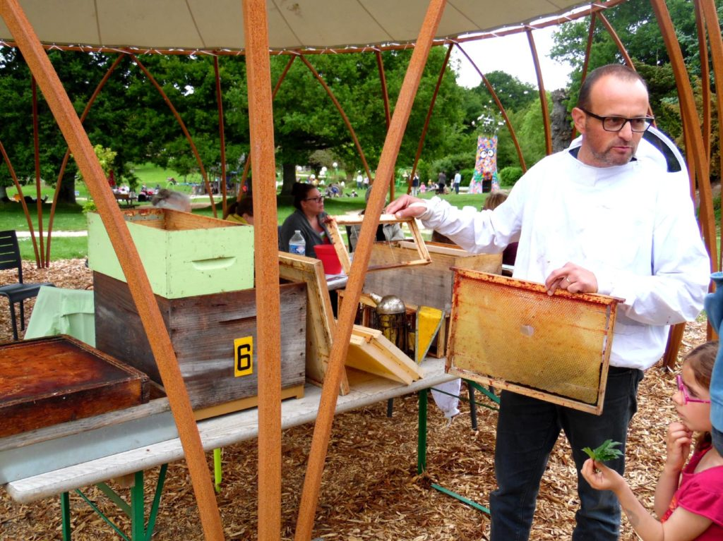 animation apiculteurs et abeilles aux Jardins de Brocéliande